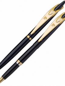 Набор Pierre Cardin PEN&PEN:: ручка шариковая + роллер. Корпус - латунь с лакированным покрытием, детали дезайна - сталь с позолотой. Цвет - черный. У